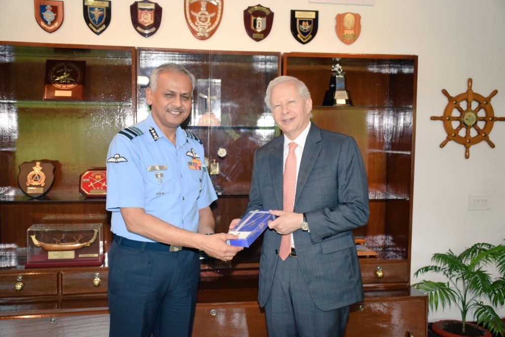 #CooperationVisit: US Ambassador to India, Mr. Kenneth I Juster, called on Air Mshl RD Mathur, AOC-in-C, Eastern Air Command on 18 Jul 2019. Various issues, including the significance of Indo-US relations & ties between the Armed Forces of both the Nations were discussed.