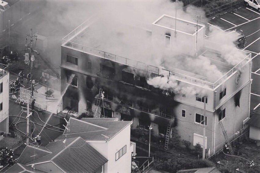 Api yang menyala di Gedung Animasi Kyoto sedang dipadamkan petugas, Kamis (18/7/2019)