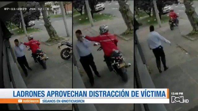 #QueNoLePaseAUsted | Tenga cuidado cuando habla por celular en la calle. Videos revelan cómo los delincuentes aprovechan cualquier distracción para arrebatarles sus teléfonos