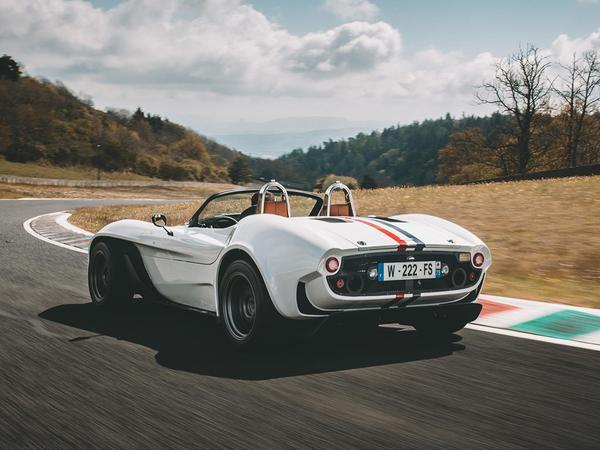 The Jannarelly Design-1 gets a Nissan-sourced 325hp V6 and retro-styled body. https://www.pistonheads.com/news/general-pistonheads/dubai-based-firm-to-launch-760kg-roadster-in-uk/40618… #Jannarelly #Design-1 #LightWeightSportscar #V6#PistonHeads