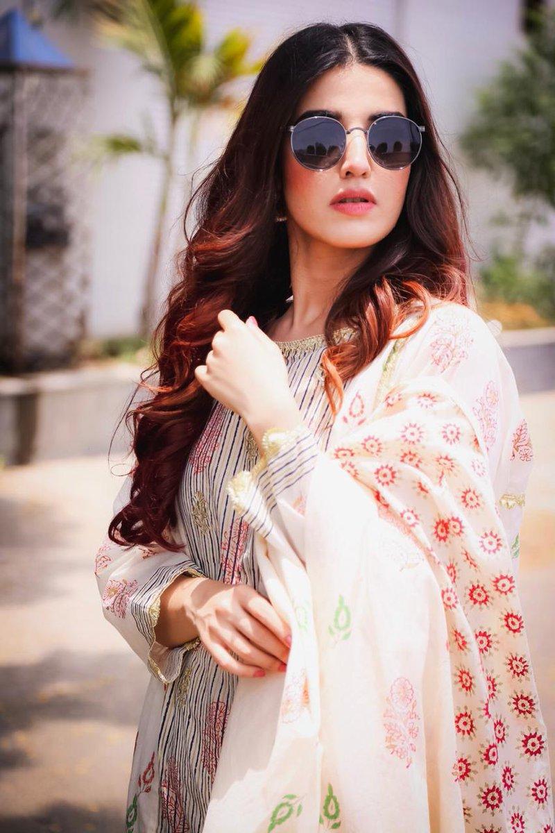 #HareemFarooq keeping it simple & traditional for #HeerMaanJa promotions   Wearing @Thepinktreecompany  Hair and makeup @arshadkhan.makeupartist Styled by #FaizRohani @faizruh   @hareemfarooq #EidulAzhapic.twitter.com/PK7SLN8h8M