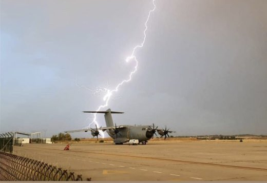 """""""We ain't afraid of no lightning!"""" ⚡️  What an amazing 📸 by the @EjercitoAire of this #A400M against the backdrop of a thunderstorm! #somoselaire #wemakeitfly @AirbusDefence @EMADmde 🇪🇸💪"""
