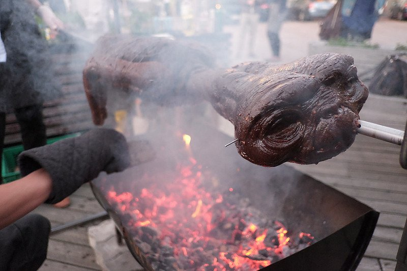 """#Catrachos durante el #StormArea51, sería como: """"Lleve, lleve su alien asado, con tajadas o tortilla, lleve, aproveche..."""""""