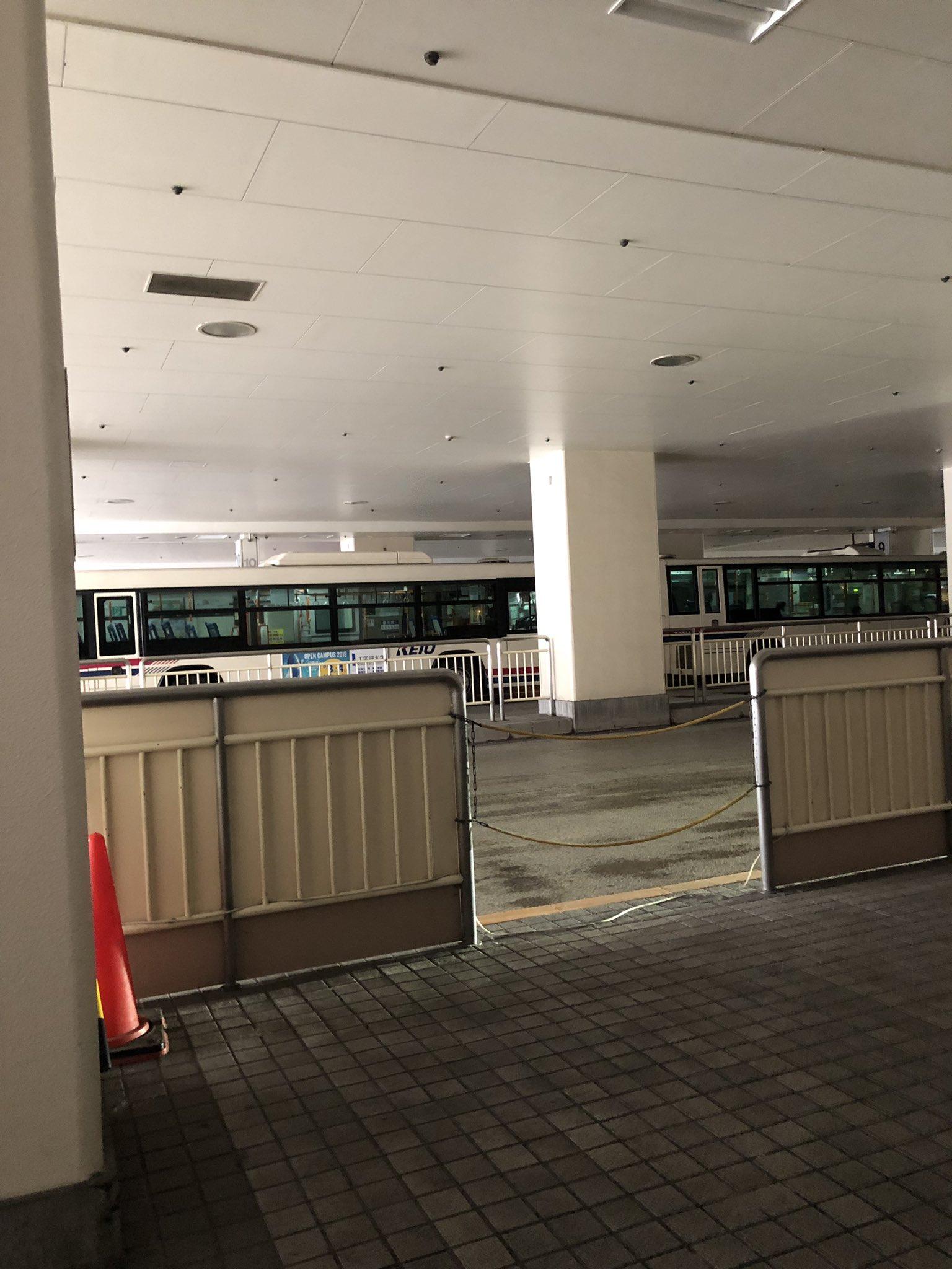 画像,聖蹟桜ヶ丘の駅停電でコンコースもバスターミナルも真っ暗、全線で運転見合わせ。#京王線#聖蹟桜ヶ丘 https://t.co/b6mEmATM1h…