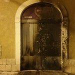 Image for the Tweet beginning: Incendiato a Scicli il portone
