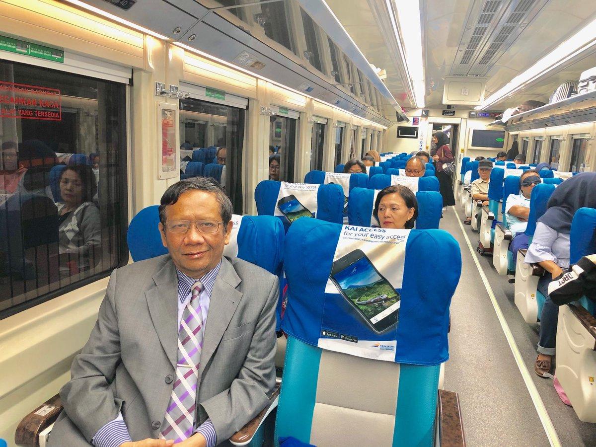 Pagi2 sudah di kereta api Argo Parahyangan dari Bandung menuju Jakarta. Duduk di kereta api sekarang ini spt duduk santai di cafe. Nyaman, bs membaca, bahkan bs tidur. Lebih dari itu: tepat waktu. Umumnya kereta api skrg lbh tepat waktu daripada pesawat terbang. 👍Pak Edy Sukmoro