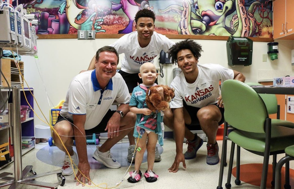 If you want to know what good people look like, look at the Kansas Men's Basketball team.  #kubball #RCJH<br>http://pic.twitter.com/OtMDfc45WV