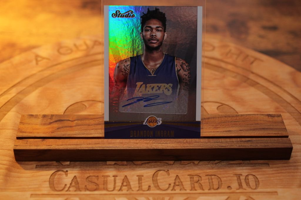 A sweet Brandon Ingram rookie auto, pulled from July's @theoriginalboombox. Subscribe for sick pulls like these! (/99)  #casualcardio #basketballcards #nba #hobby #sportscards #collection #whodoyoucollect #rookie #rc #auto #paninistudio #brandoningram #theoriginalboombox pic.twitter.com/44avSvQJBJ
