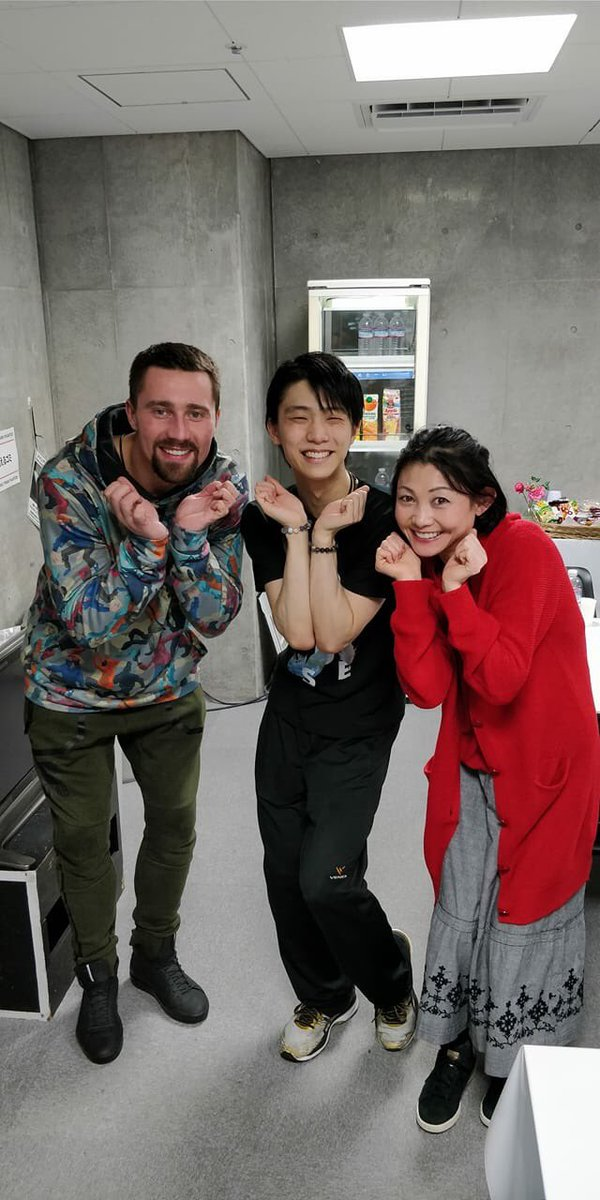 スミルノフさんのFBに羽生さんと悠子ちゃん!かわいいぞ、このポーズ!!