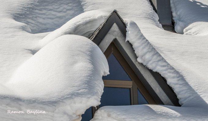 Petit detall de la neu a 15 d'abril al restaurant de la cota 2000 de Port Ainé #PallarsSobira