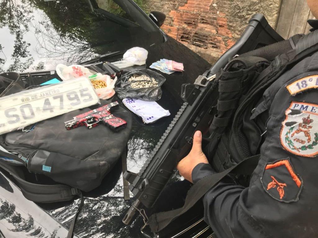 Armas, drogas, munições, três veículos e diversos outros materiais foram apreendidos por policiais do #18BPM, com apoio de outras unidades do #2CPA, hoje (15/04), durante operações na região da #PraçaSeca. #PMERJ #SempreAtuante