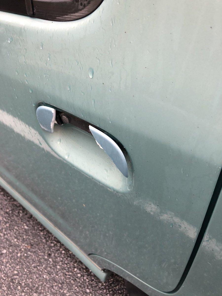 車のドア開けようとしたら取っ手がバリーーーーン!って割れてしまい「お前最近修理したやろ!!!」ってブチ切れたが冷静に反対側のドアを開けたら反対側のドアもバリーーーーン!!!と取っ手が割れオオオオオオオオオオオオオオンオオオオオオ!!!!!