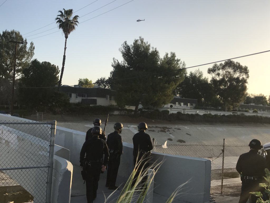 MORE #Reseda - Officers and helicopters searching area of wash @CBSLA<br>http://pic.twitter.com/W9JOMdhbCd