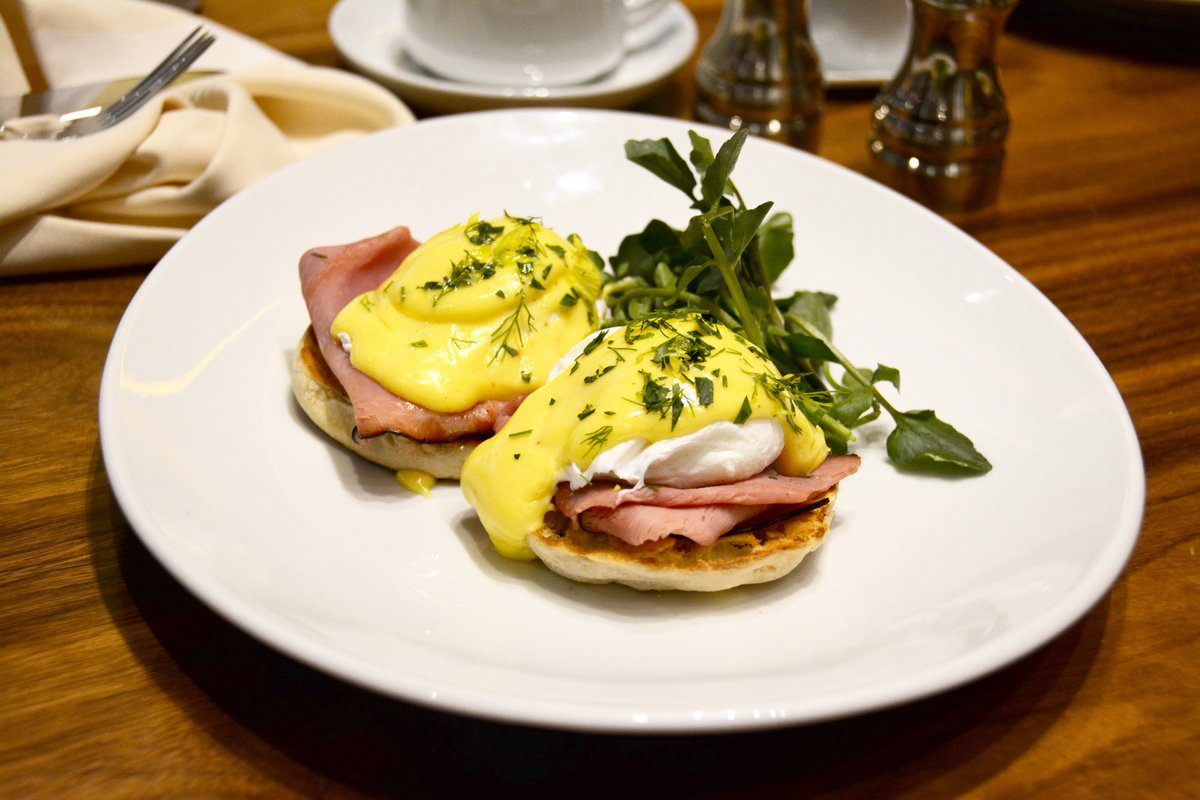 Monday mornings are better when eggs benedict are involved! Start the week off right for #NationalEggsBenedictDay. <br>http://pic.twitter.com/DrOjiy11St