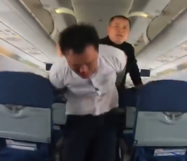 [AHORA] #16ABr Situacion de toma de rehen en un avion chino! We've added footage to our article regarding hostage taking on board Air China #CA1350 to Beijing  http:// ift.tt/2vfhO33  &nbsp;  <br>http://pic.twitter.com/7vXZaoyJJz