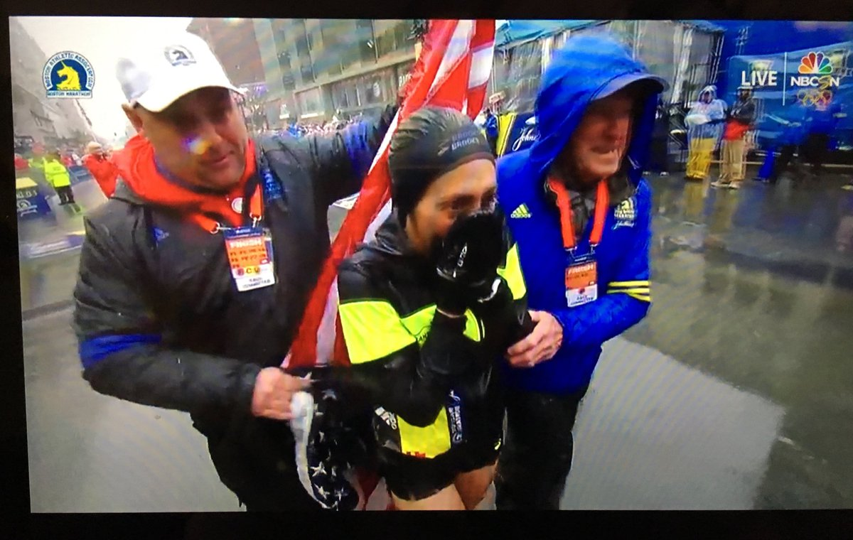 She did it! She did it! Des Linden is the first American woman to win at Boston in 33 years!   @des_linden #BostonMarathon <br>http://pic.twitter.com/fH9XC4PnSk