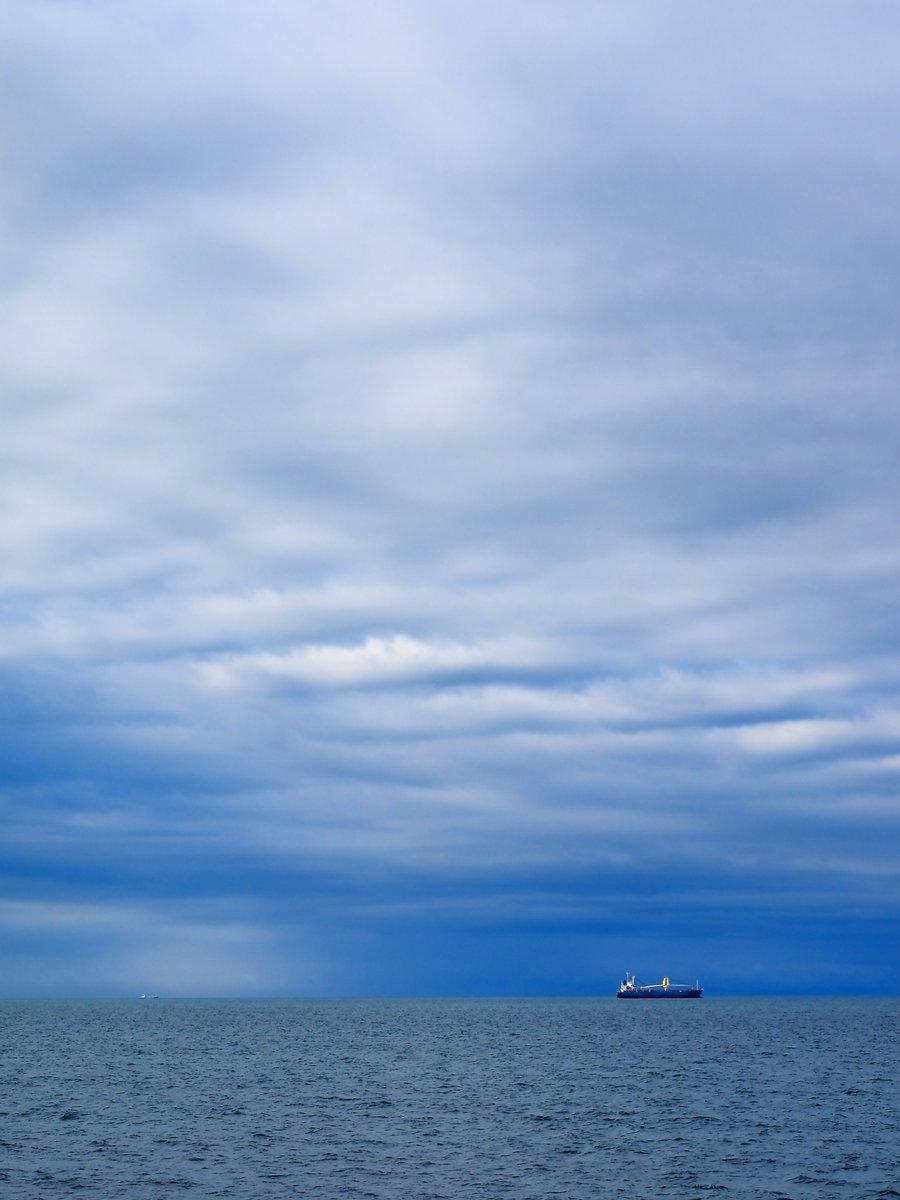 雨が上がり、天気が回復していく途中の瀬戸内海。刻一刻と表情を変えていきます。何度訪れても、飽きることはありません。光市・虹ヶ浜。 https://t.co/6IjGmMuLVt
