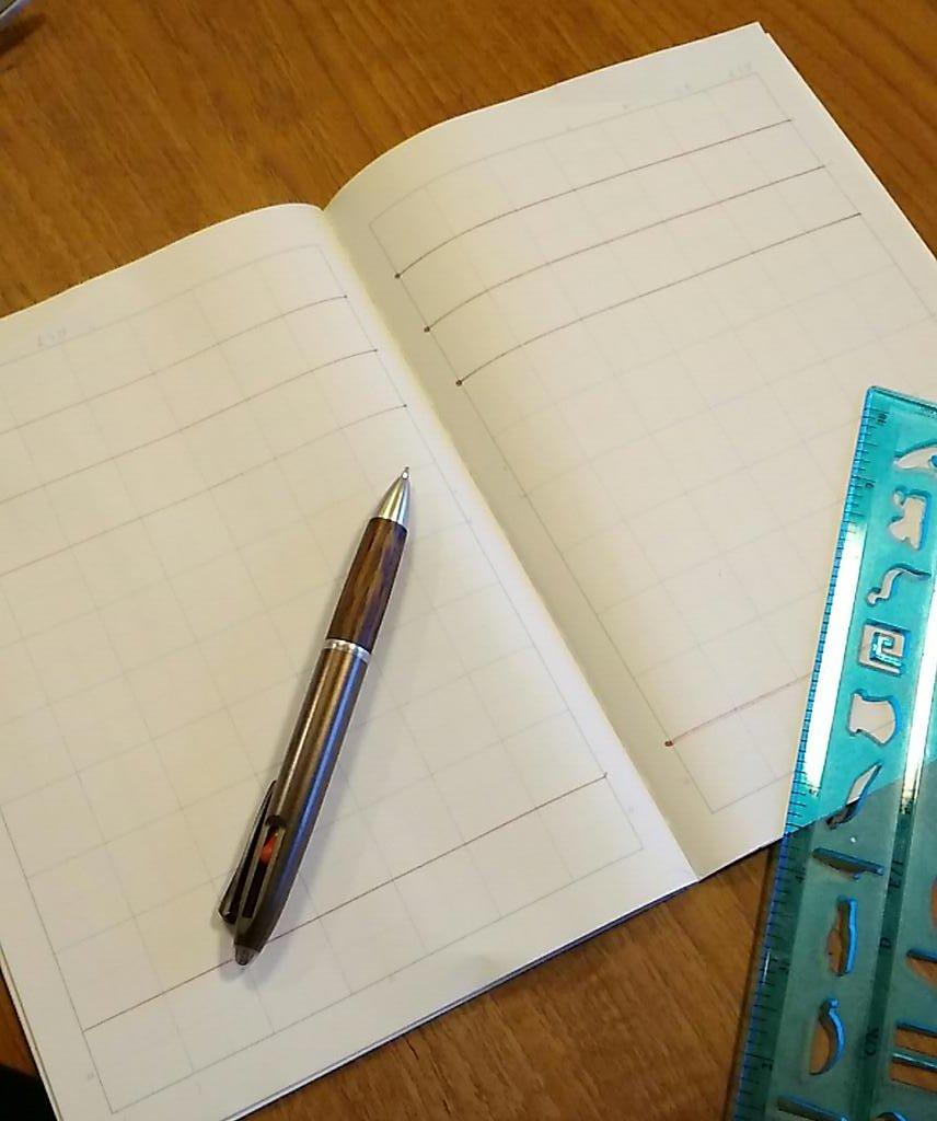 「学校が指定するノートの全ページに、保護者の方が赤ペンで上に三本、下に一本線を引いて連絡帳を作って下さい」という小学校からの指示を受けて、死んだ魚のような目で黙々と赤線を引いていた朝でした。