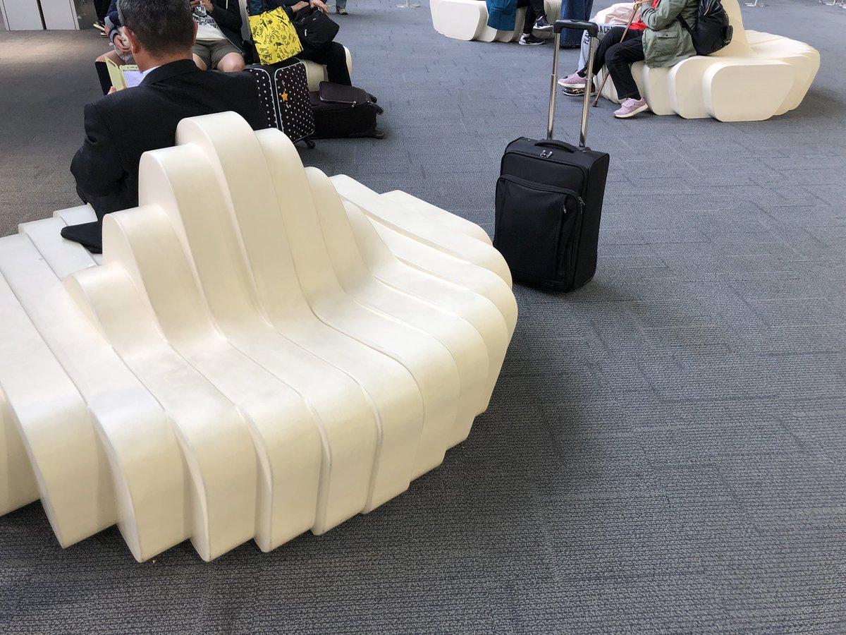 なんでもうどんにしてしまううどん県の事は知ってるし高松空港のソファもうどんになっててなるほどくらいだったんだけどこれ座ると柔らかさと強いコシまで再現しててやっぱり狂ってると思いました