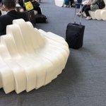 うどんのコシは座り心地も最高!?高松空港のソファが完全にうどんになっている!