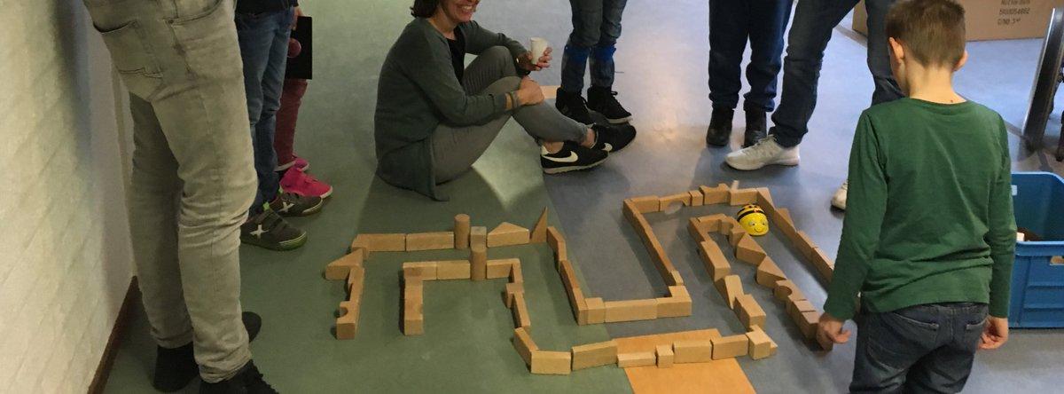 Super trots laat leerling @Lichtenbeek zijn #beebot parcour zien. #talentenweken
