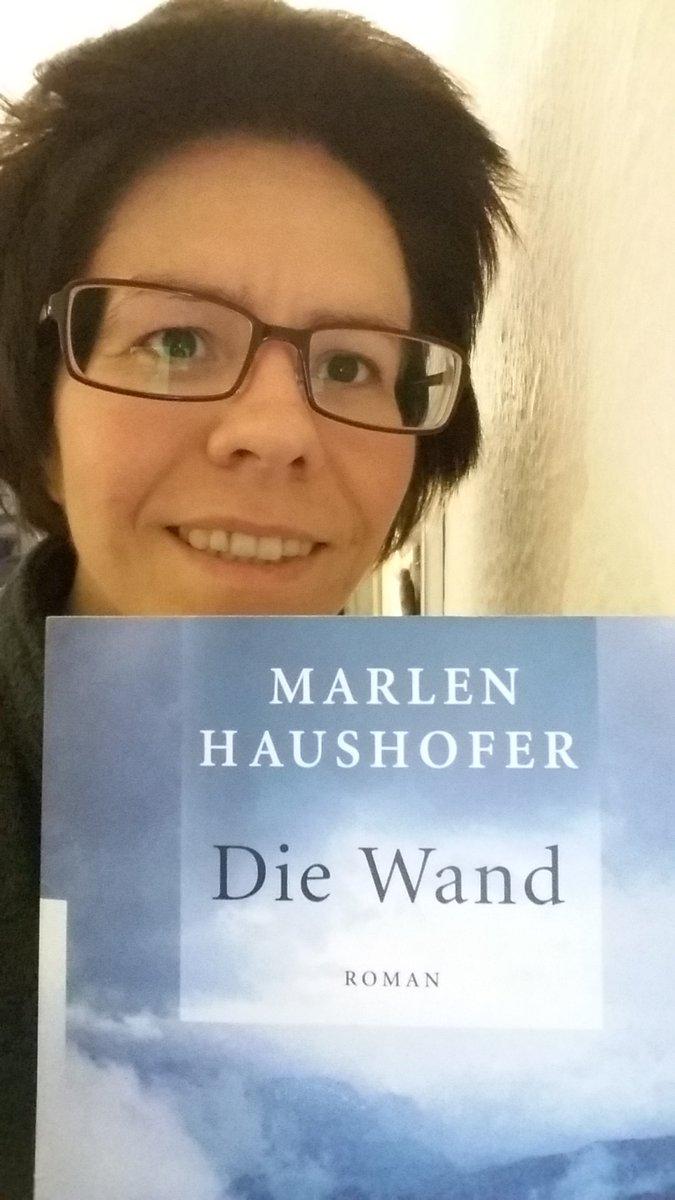 Mit dem Buch steh ich direkt neben einer Wand