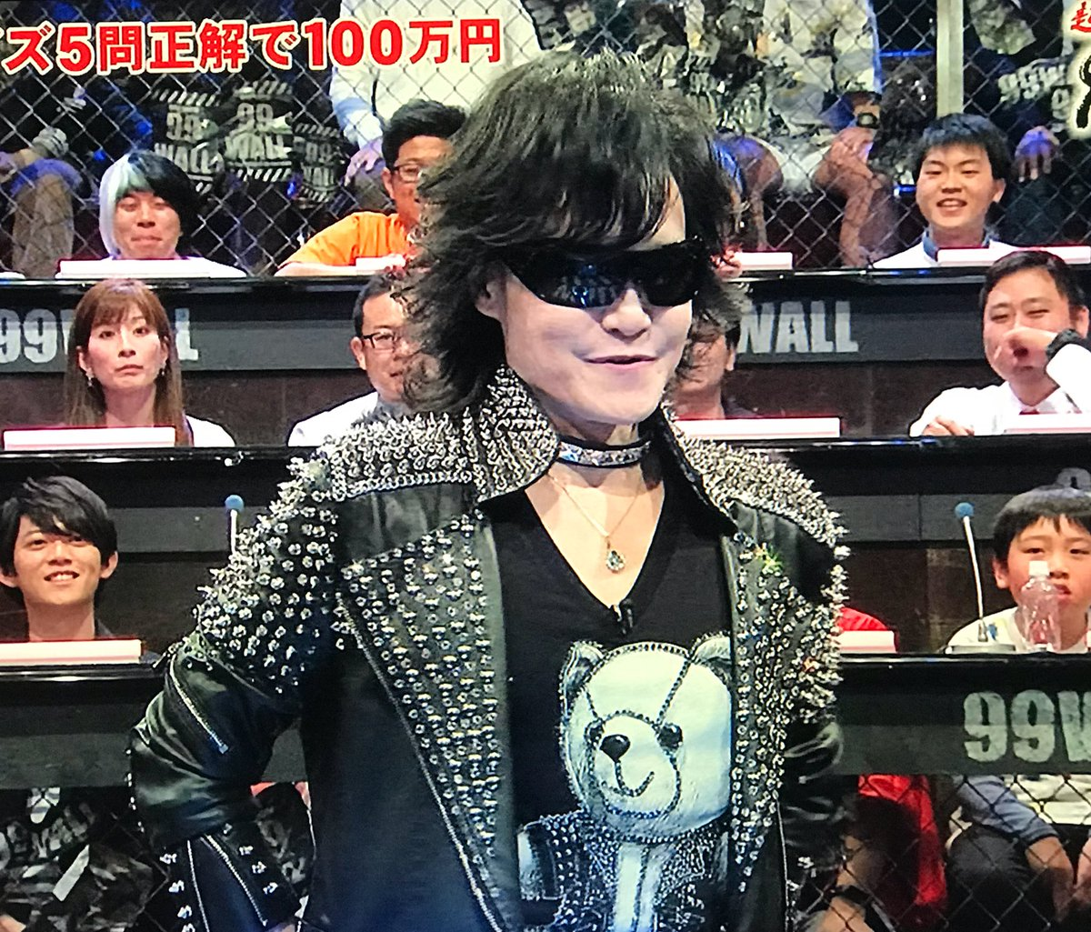 スタッズジャケットを着たtoshi