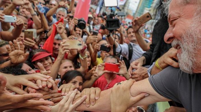 ¡LULA! ¡LULA! ¡LULA! Como dice CHÁVEZ, 'Mi corazón está con LULA' #LulaValeALuta #LulaLivre