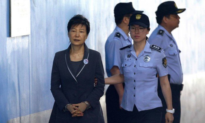 Ex-presidente da Coreia do Sul é condenada a 24 anos de prisão por corrupção. https://t.co/dk30jvBoDK