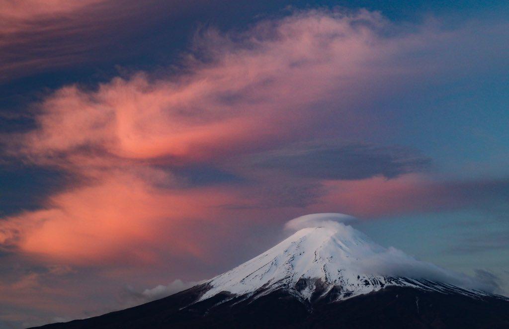 今朝の富士山。笠雲があって周辺の雲が綺麗に染まりました。#富士山  #笠雲