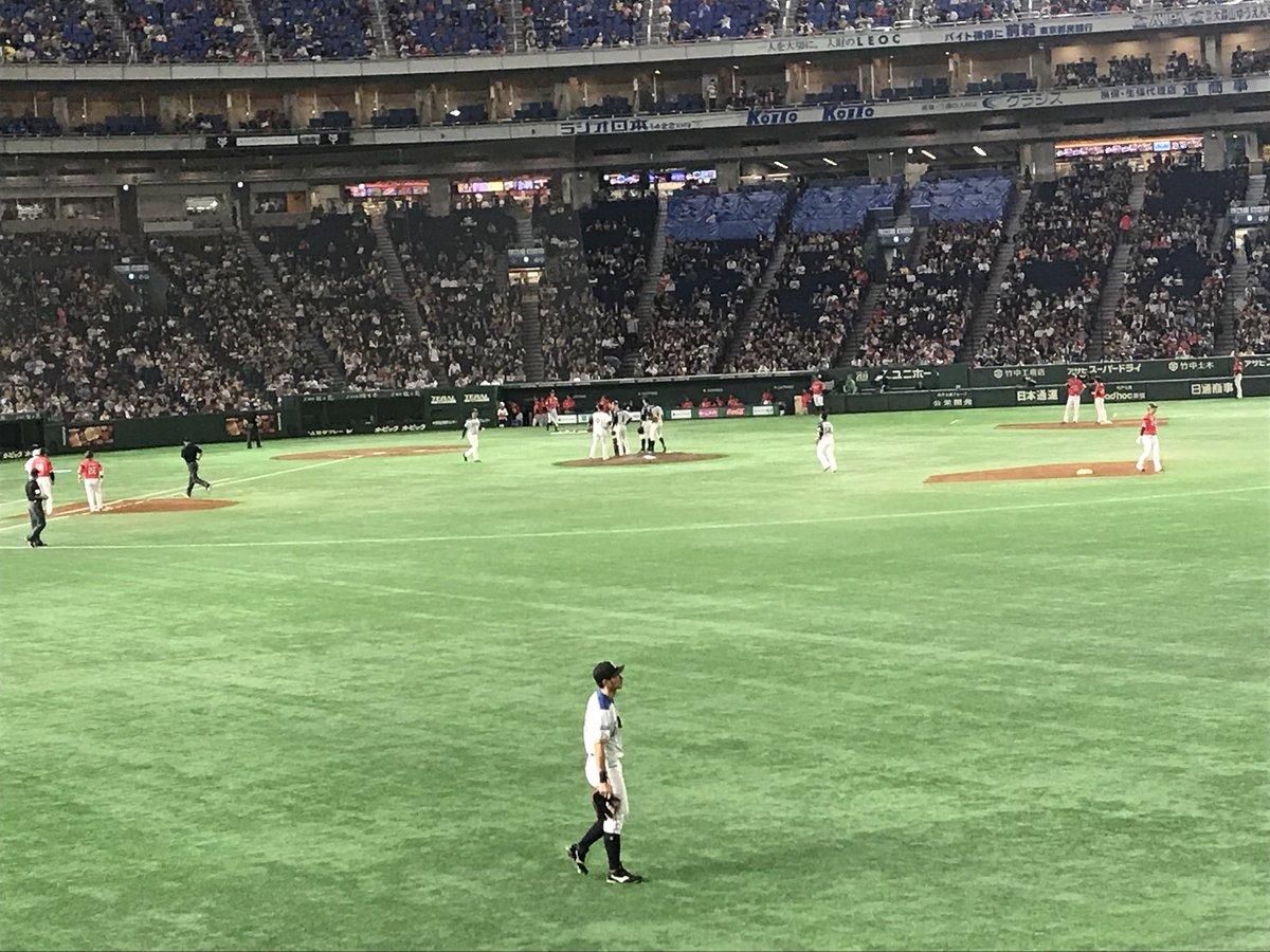斎藤佑樹投手、二巡目が終わってもノーヒットの無双状態が続きます  あまりにも無双してゲームバランスが崩れるため、井口投手に交代し、ツーアウト満塁から試合を再開します