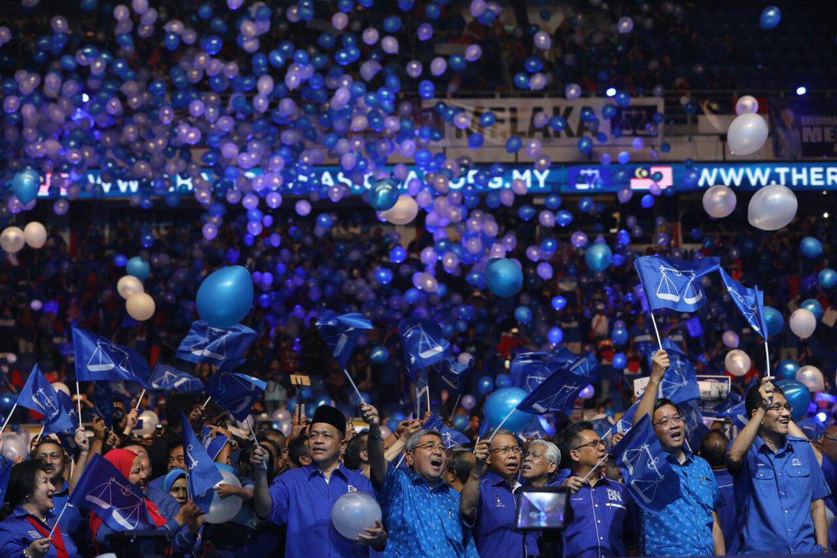 Lautan biru memenuhi stadium malam ini, semua #BersamaBN #HebatkanNegaraku !
