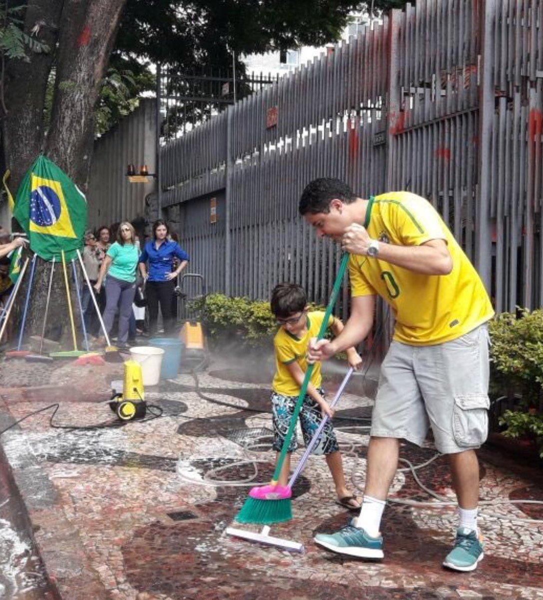 Imagem do dia: Brasileiros e famílias se reúnem para limpar tinta vermelha na frente de prédio da presidente do STF Carmen Lúcia!