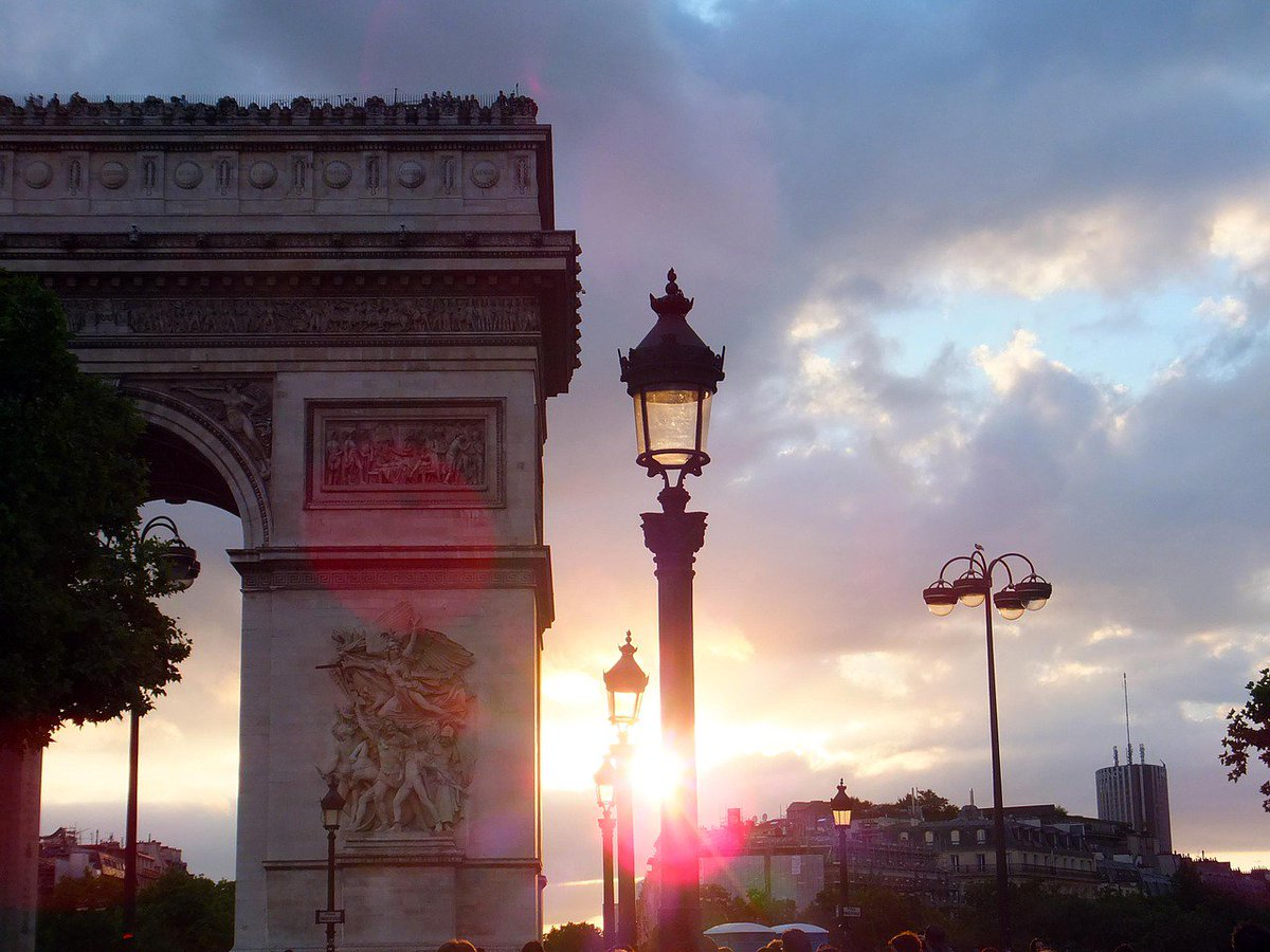 Lamps lit up by the setting sun at Champs-Elysees. Beautiful! Tell us, where's your favourite place to watch the sun go down? 🌅 💕 🇫🇷 #sunsetsunday