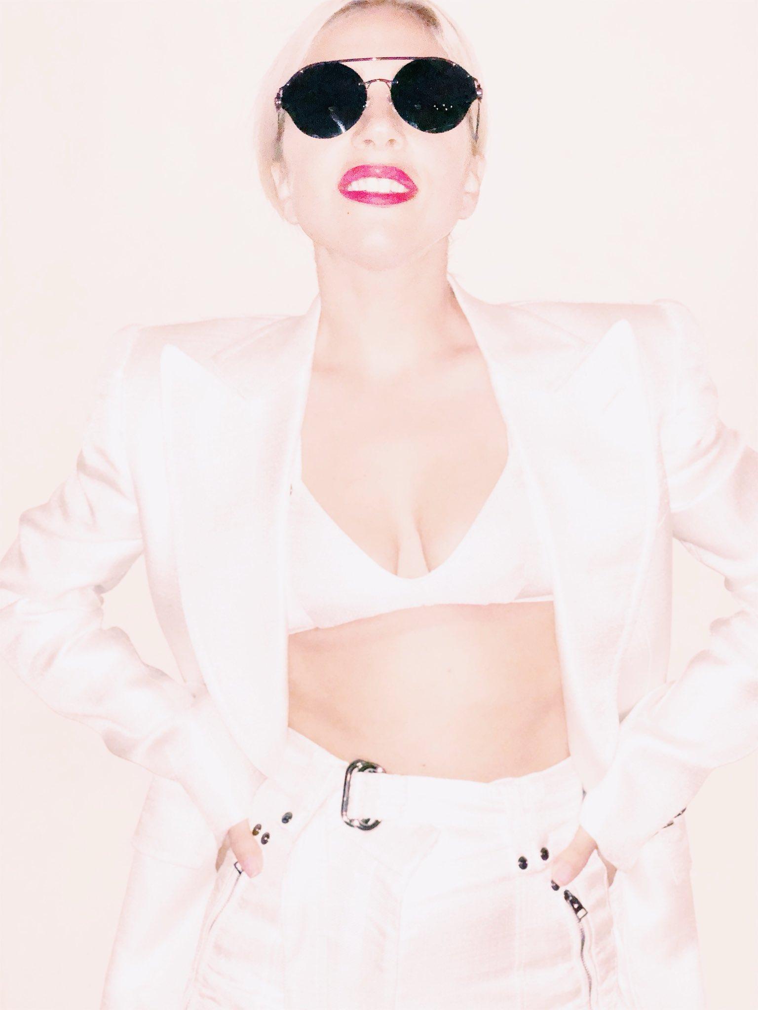 4 - Lady Gaga - Σελίδα 9 DaUp2PeUQAEUyT2