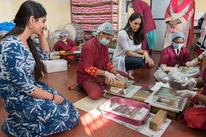 Меган посетила Фонд Мины Махилы в прошлом году, чтобы узнать о проблемах женщин и девочек, которые там живут.