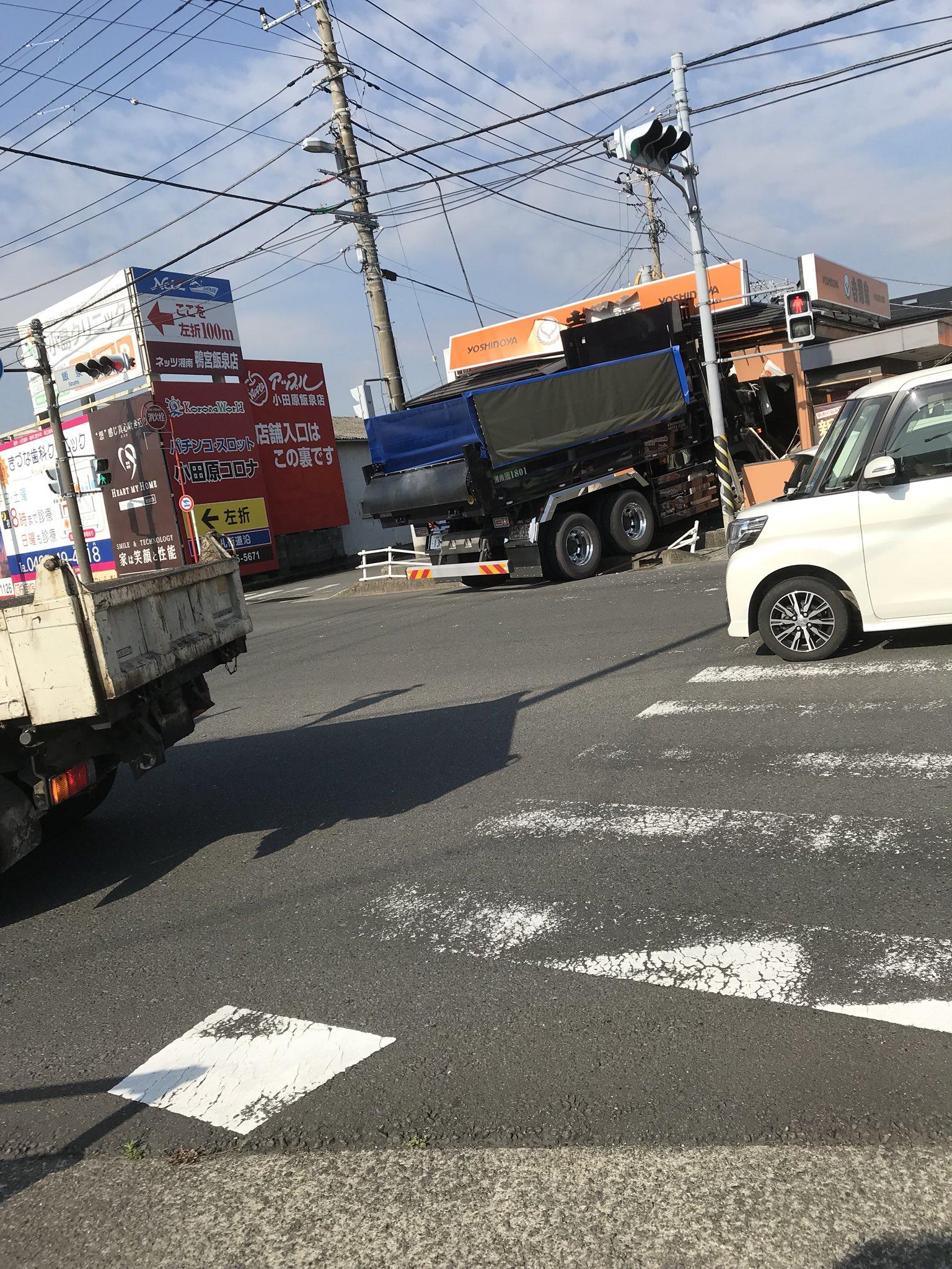 画像,飯泉の吉野家の車突っ込んでた https://t.co/QPTZ2iERzY。
