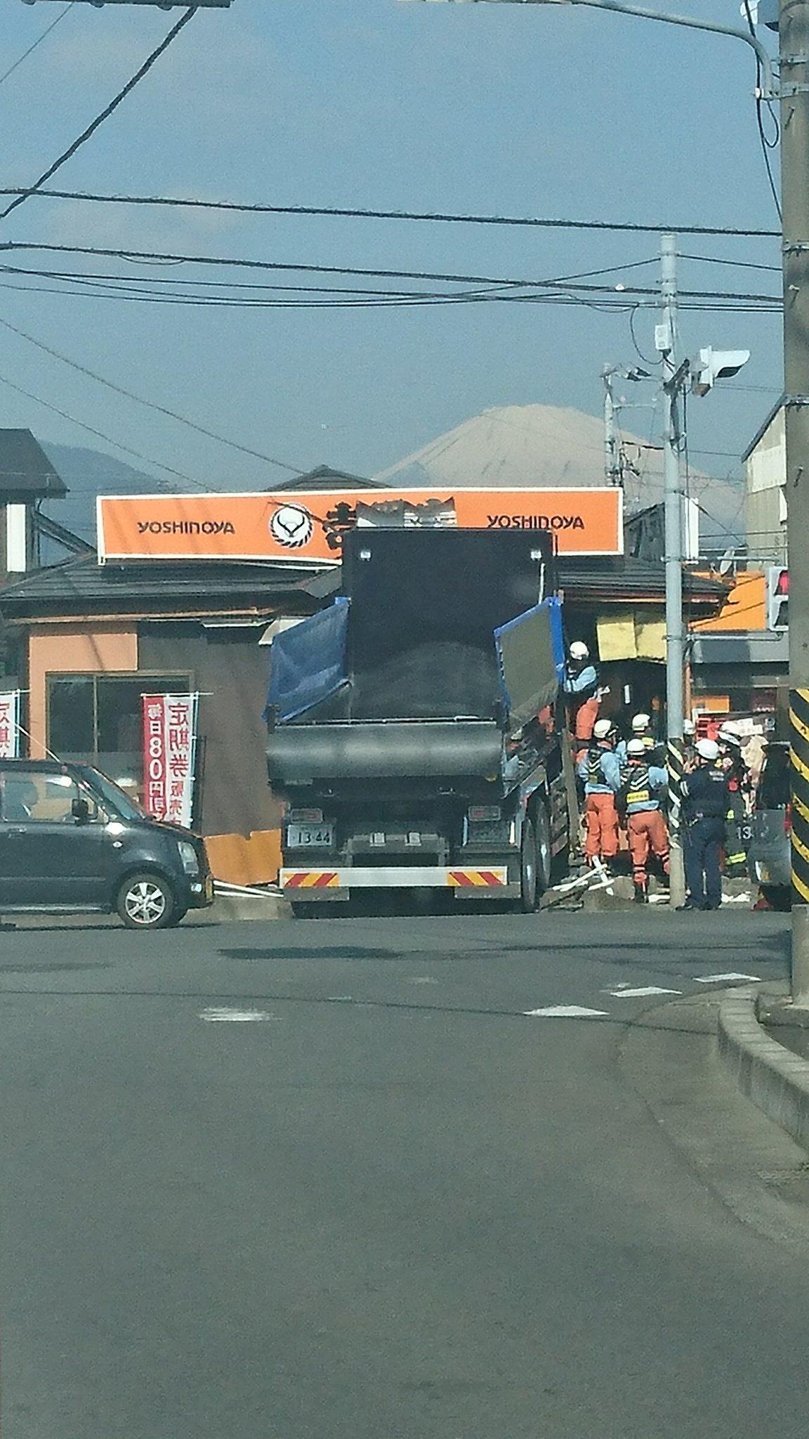 画像,飯泉の吉野家に大型トラックが突っ込んでる大事故 https://t.co/a5m4Pyuu4V。