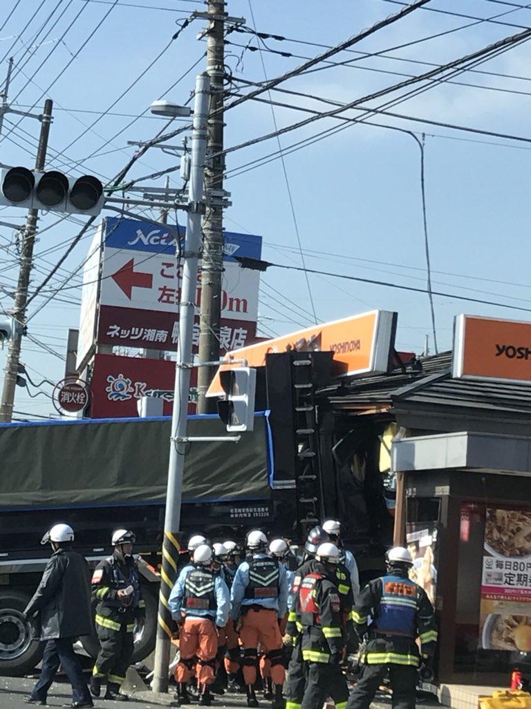 画像,小田原の飯泉の吉野家にトラック突っ込んでた、、、、、 https://t.co/BJnMwvW4Fw。