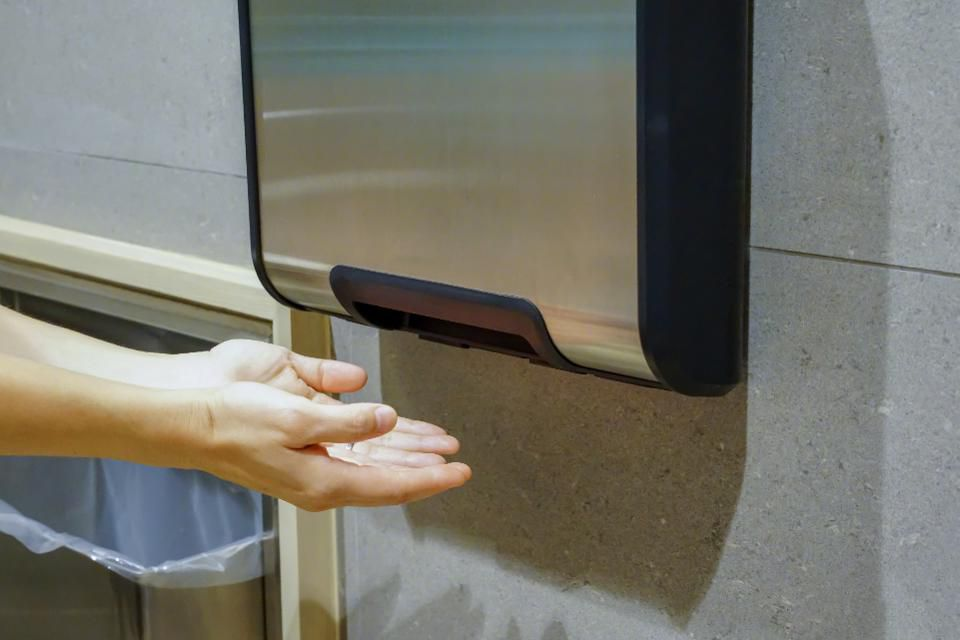 New study supports that hot air hand dryers in bathrooms spread disease-causing bacteria  https://t.co/ea7K4CI2mX https://t.co/MayM1oRzFT