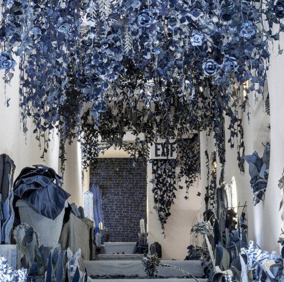 カラパイア : デニムで花を咲かせましょう。部屋いっぱいに青色の花開く。