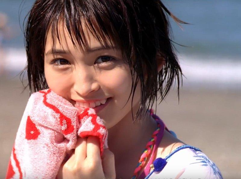 タオルを持つ岡本玲