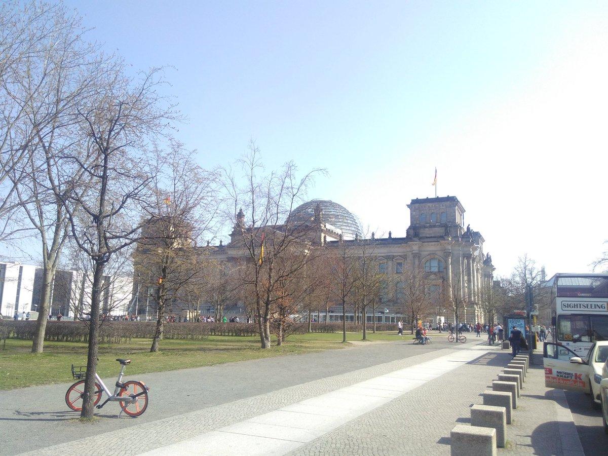 Als ersten Termin ging es heute in den #Reichstag. Zuerst ein Vortrag zur Geschichte des Gebäudes und die Arbeit des Bundestags. Dann Diskussion mit dem MdB @MichaelKuffer und Foto auf der Dachterrasse. Die Kuppel wird gerade geputzt... #politischesBerlin pic.twitter.com/ovFJrj9OZ8