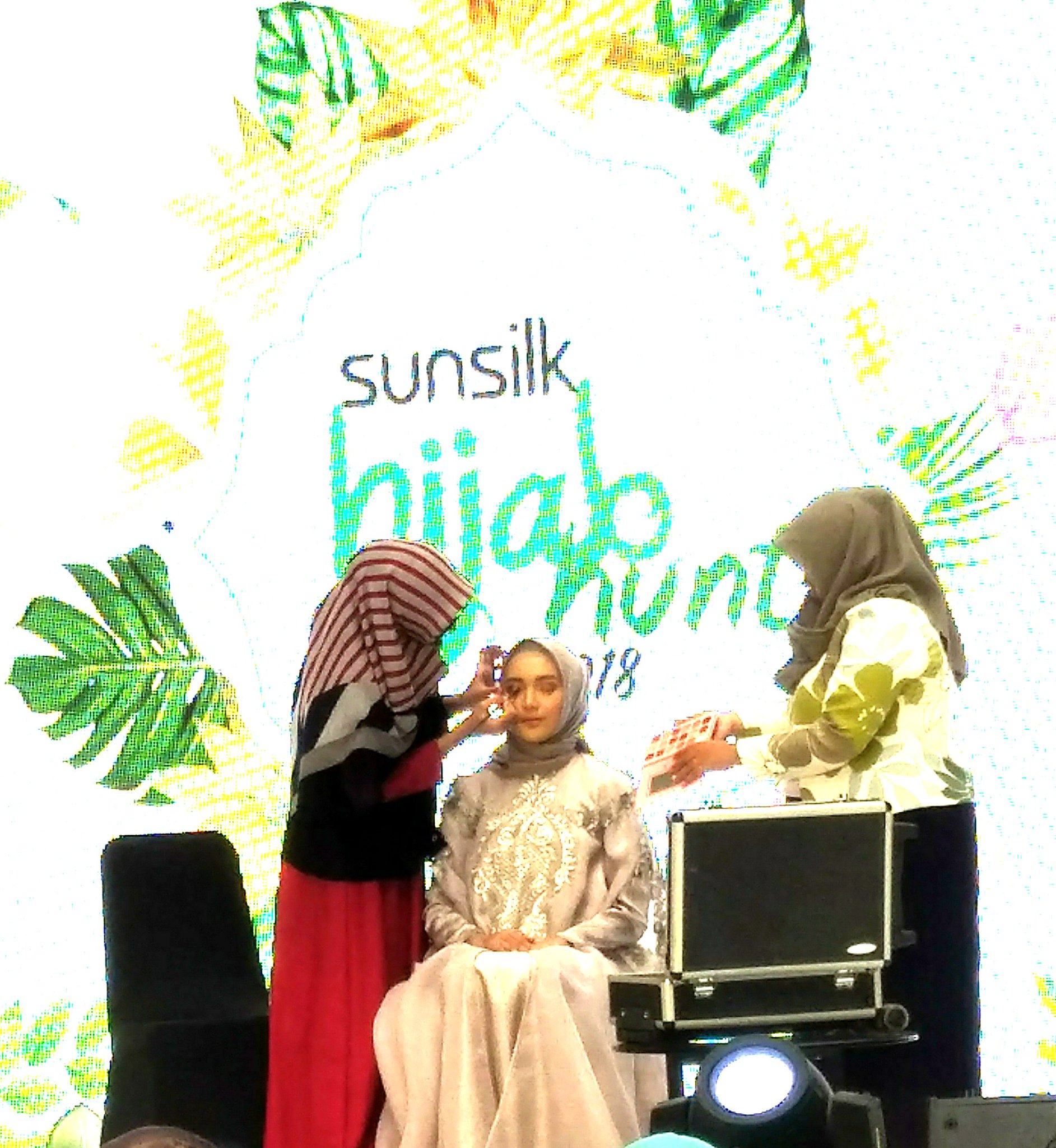 make up class hijab hunt