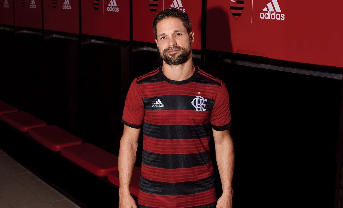 Vermelho, preto, raça e a maior escalação do mundo. Eis o novo manto 2018-19 do @Flamengo. #CRF Exclusivo e incrível em nosso site a partir do dia 12.04.  #fazoteu