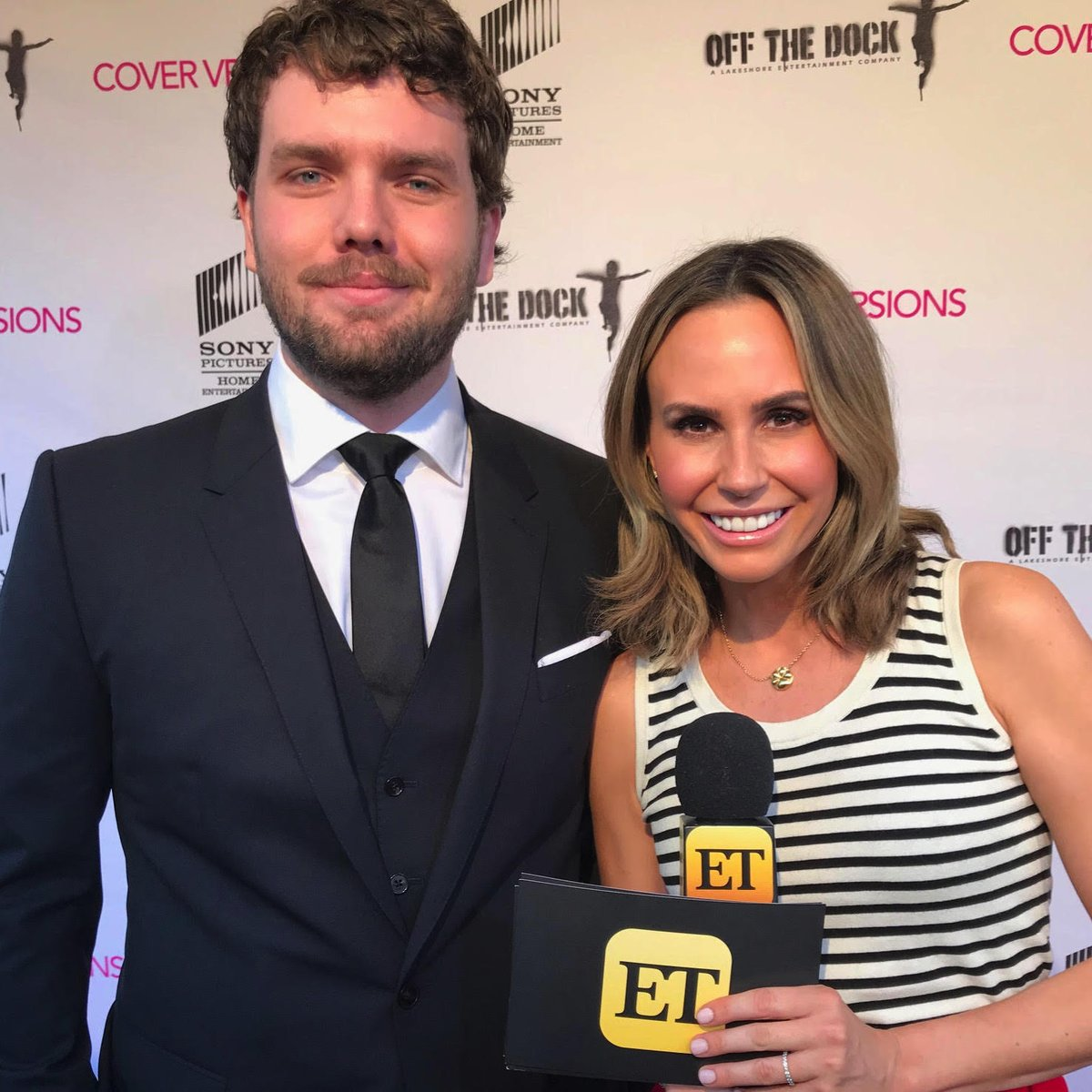 Tonight on ET, @KeltieKnight chats with @austinswift7 and @DebbyRyan at the premiere of #CoverVersionsMovie!