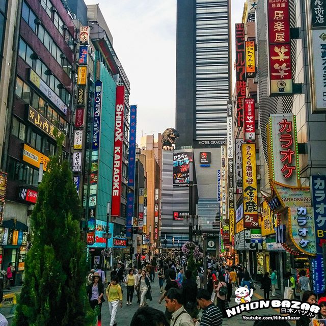 Photo du passé avant le futur Voyage : J-17 HHHHAAAAA Godzilla ! Photo prise à shinjuku Mai 2015 #japan #japon #tokyo #shinuku #godzillapic.twitter.com/J2UAfHHtHP