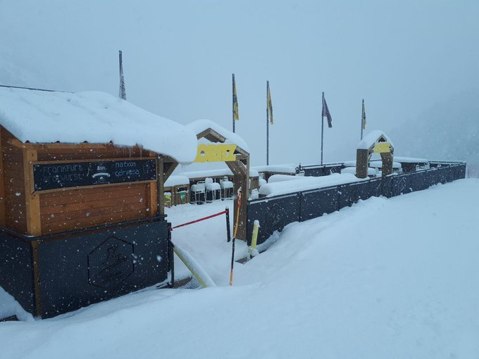 Bon dia! 11 d'abril --> Apertura progressiva de les instal·lacions (previsió 95% de pistes).   Com veieu, ha nevat (+20 cm a la base), i ara mateix segueix nevant intensament. A la carretera, cadenes!