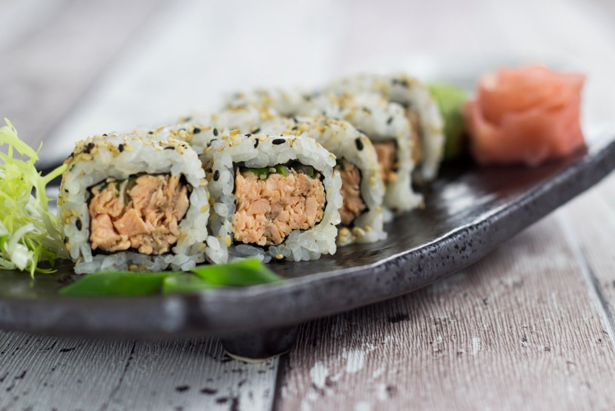 Angebratener Lachs, mit spicy Mayo, Frühlingszwiebeln und Sesam ummantelt.  Mit dem Rabattcode LACHSLIEBE doppelt absahnen! #foodie #cologne #bongour #food #yummy #instafood #healthy #delicious #foodporn #Köln #bestellenpic.twitter.com/sxMMtvgo31
