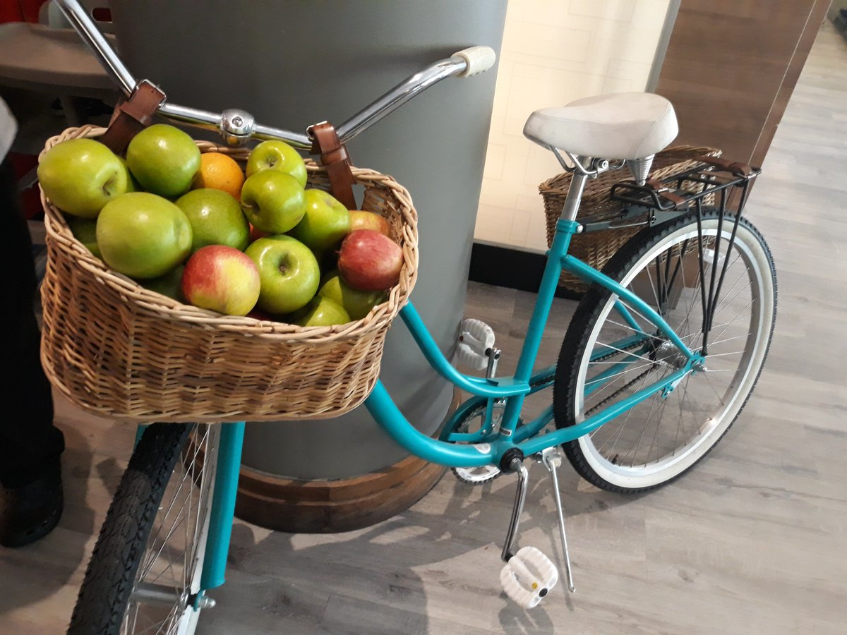 BREAKFAST BIKE   Apples (*emijo)  The average person eats 65 apples each year. Apples contain no fat, sodium or cholesterol and are a good source of fiber. #Apples #HealthyEating #HealthBreakfast #Hotel #ParkInnBike #GrabaApple #Green #Red https://t.co/d0DSL9jvpE